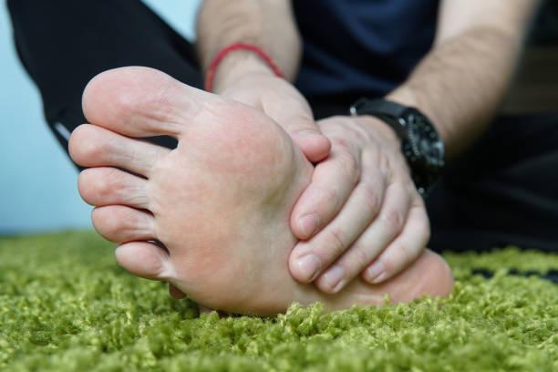 Schmerzen im Fuß. Massage der männliche Füße. Pediküre. gebrochenen Fuß, einen wunden Fuß massieren der Ferse. – Foto