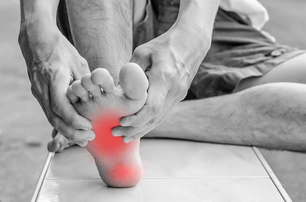 dolore del piede. massaggio di ciclisti piedi. pedicure. - podologo foto e immagini stock