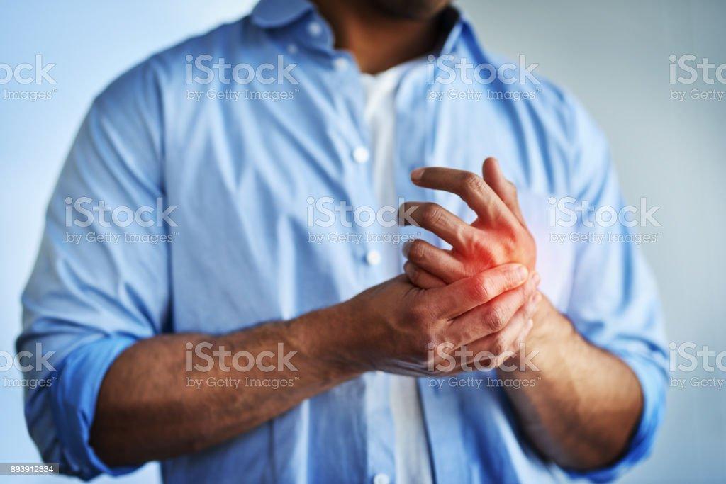 Schmerzen in den Händen können Symptome des Karpaltunnel-Syndrom sein. – Foto