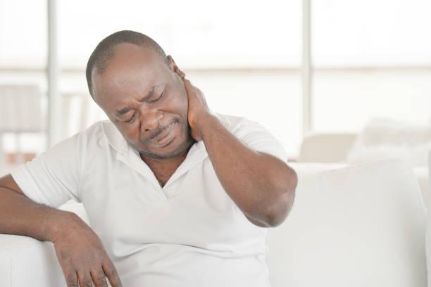 Schmerzen im Nacken eines Mannes von Müdigkeit. Müde Hals. – Foto