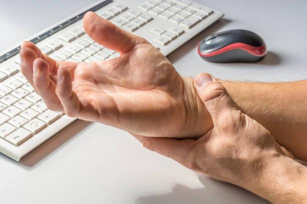 Schmerzen im Handgelenk durch zu viel Arbeit am computer – Foto
