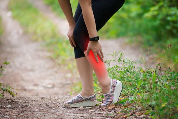女性の新、女性の脚のマッサージ、中、トレーニング中に外傷損傷の痛み - 脛 ストックフォトと画像