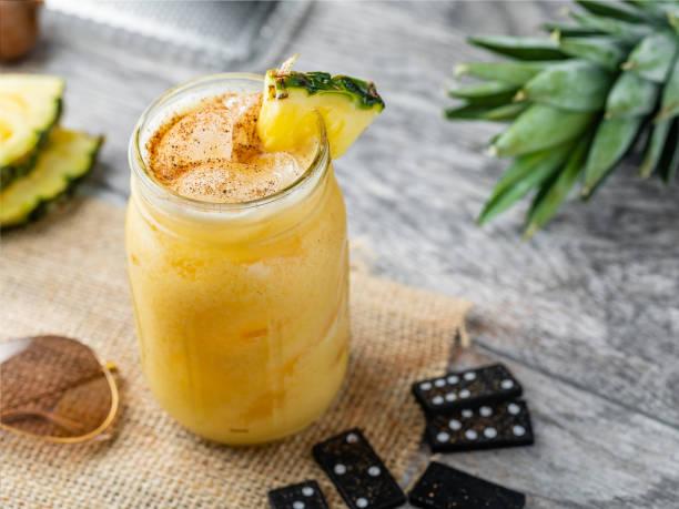 schmerzkilber alkoholischer tropico-drink - schmerzmittel stock-fotos und bilder