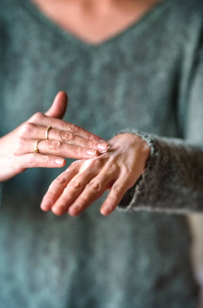 pijnlijke handen - smeren stockfoto's en -beelden