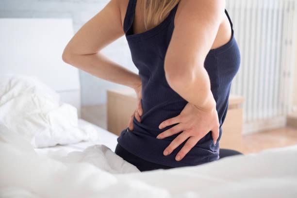 각 성을 하 고 허리 통증을 느끼고 고통 스러운 여자 - 엉덩관절 뉴스 사진 이미지