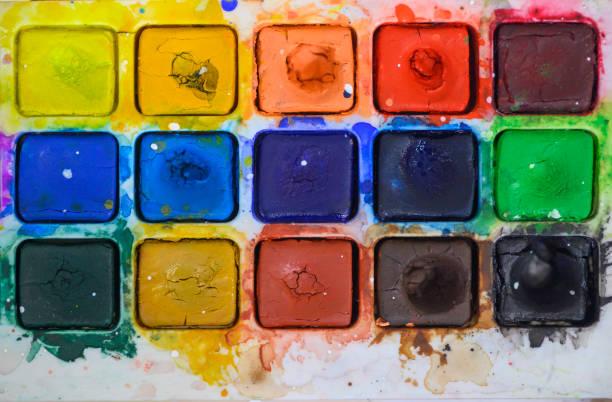 farbe und bunte schalen für die kunst vorbereitet - maler gesucht stock-fotos und bilder