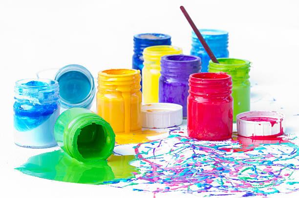 farbe-flaschen - kunststoff behälter bemalen streichen stock-fotos und bilder
