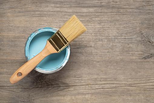 Это изображение имеет пустой атрибут alt; его имя файла - paint-brush-and-can-on-wooden-table-picture-id1156685360
