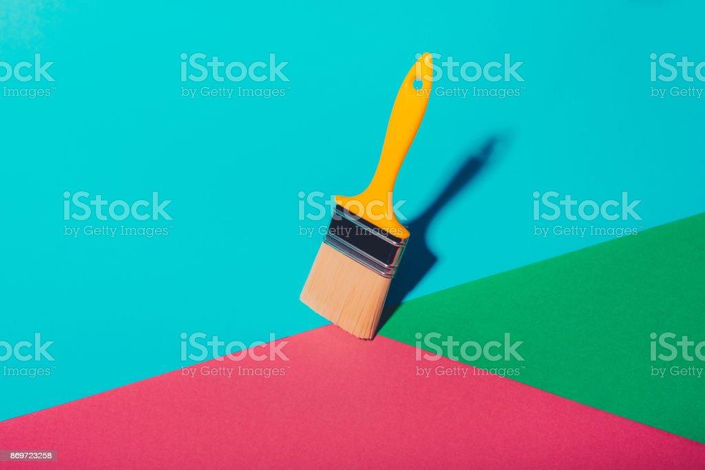 Pinsel und drei Farben an den Wänden – Foto