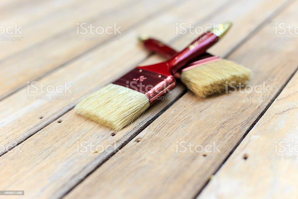 Cepillo De Pintura En La Terraza De Madera Foto De Stock Y