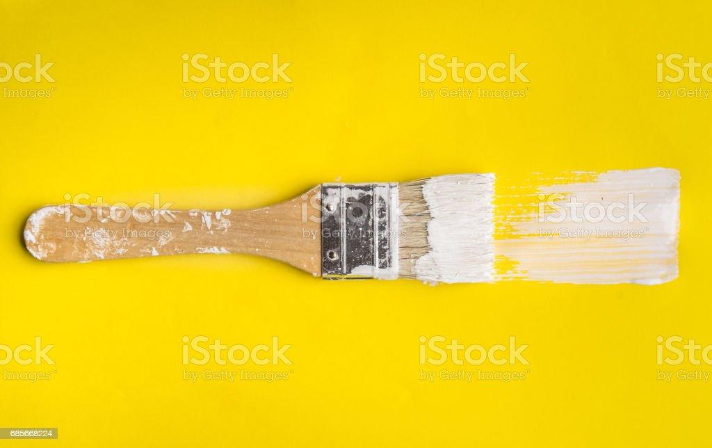 在黃色紙張顏色紋理背景的畫筆。 免版稅 stock photo