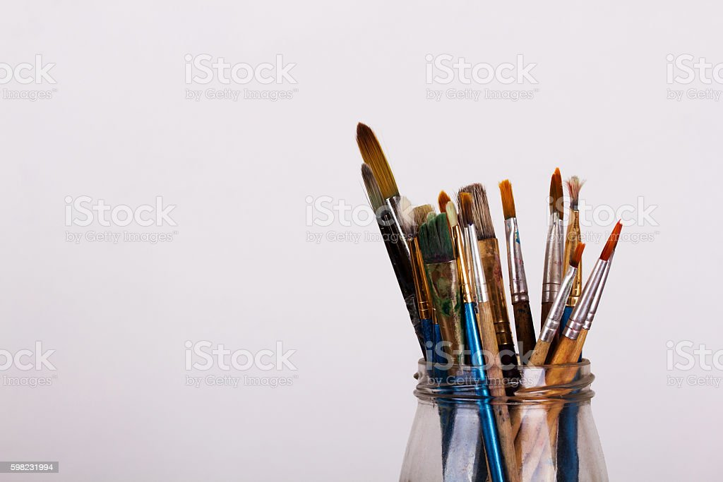 Paint brushes in a pot against a white background foto royalty-free