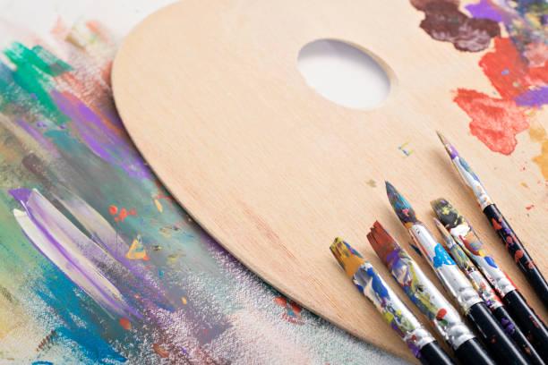 boya fırçaları, palet ve sanat - akrilik boyama stok fotoğraflar ve resimler