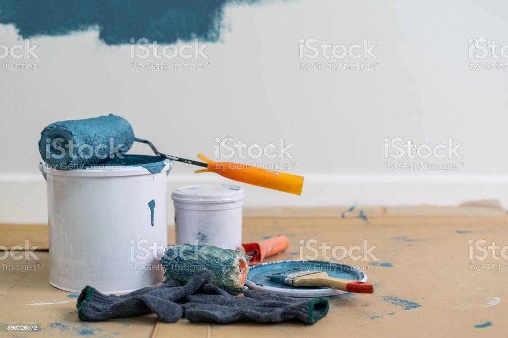 Farbeimer mit Walze, Handschuh und Pinsel – Foto