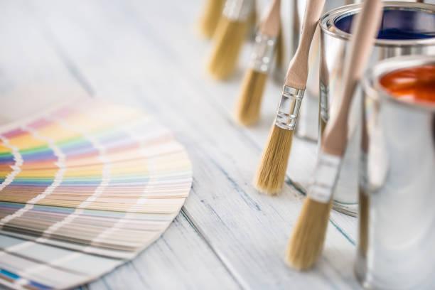 Farbkanisten-Pinsel und Farbpalette auf Tisch. – Foto