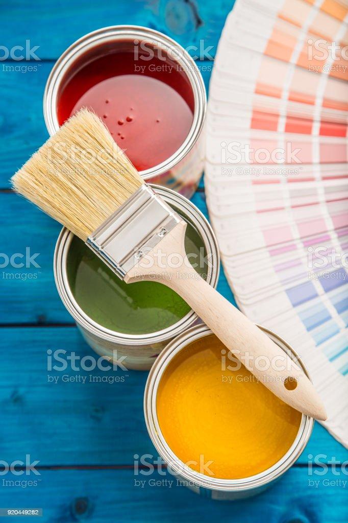 Lackfarbe Dosen Farbmischpalette Dosen mit Bürsten auf blaue Tabelle geöffnet – Foto