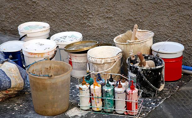 farbe-dosen .tools der dekorieren trade - kunststoff behälter bemalen streichen stock-fotos und bilder