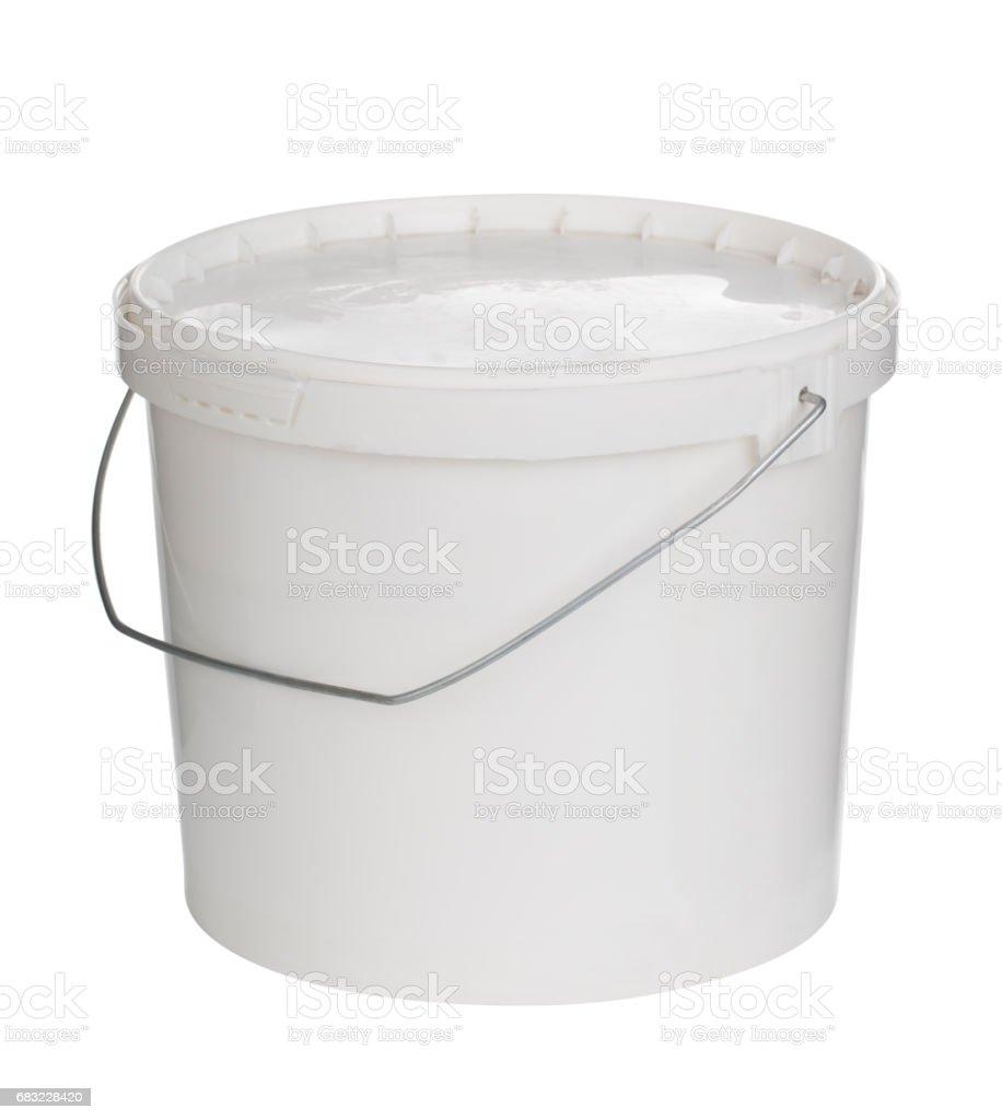 Balde plástico pintura em branco com um traçado de recorte - foto de acervo