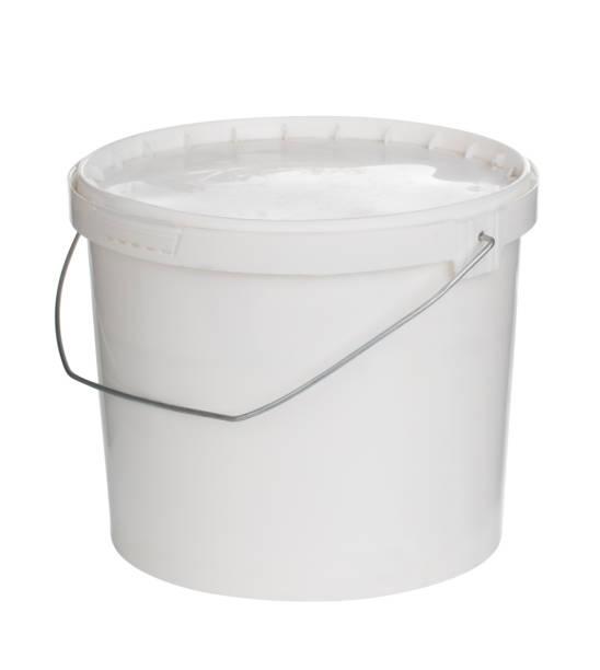 kunststoff-eimer auf weiß mit einem beschneidungspfad zu malen - kunststoff behälter bemalen streichen stock-fotos und bilder