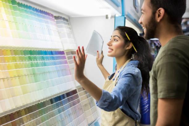 paint shop mitarbeiter unterstützt männlichen kunde - baumarkt stock-fotos und bilder