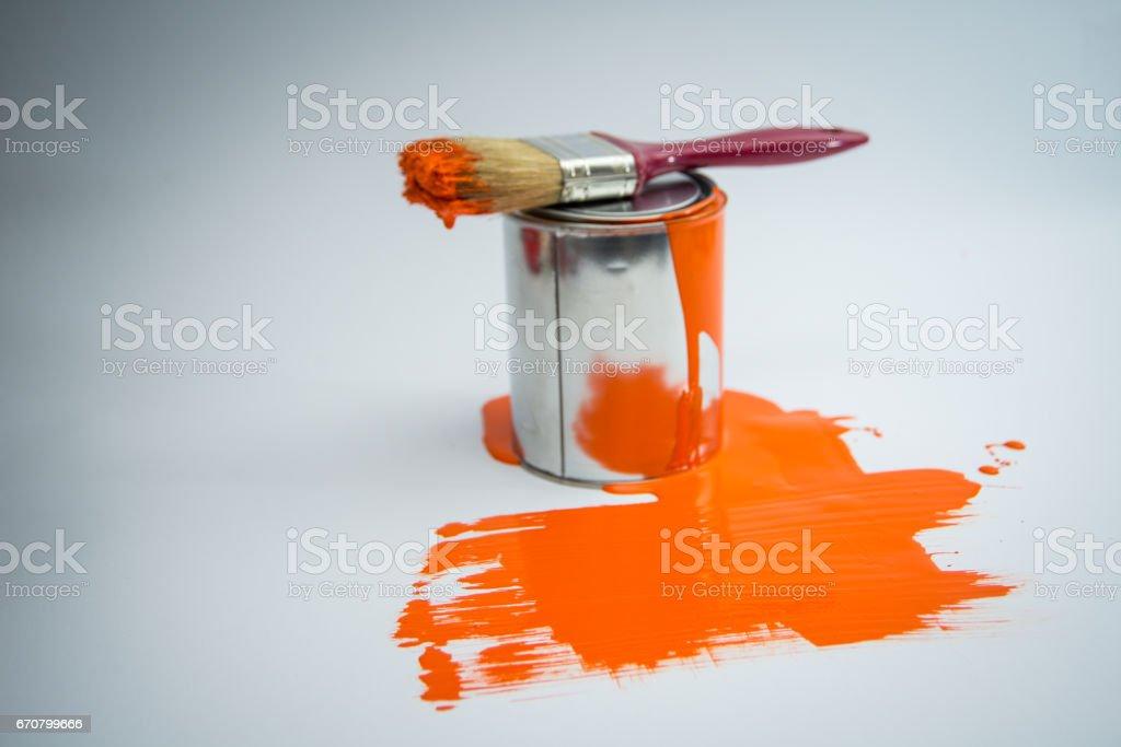 Pintar a lata com a cor da pintura escova, laranja - foto de acervo
