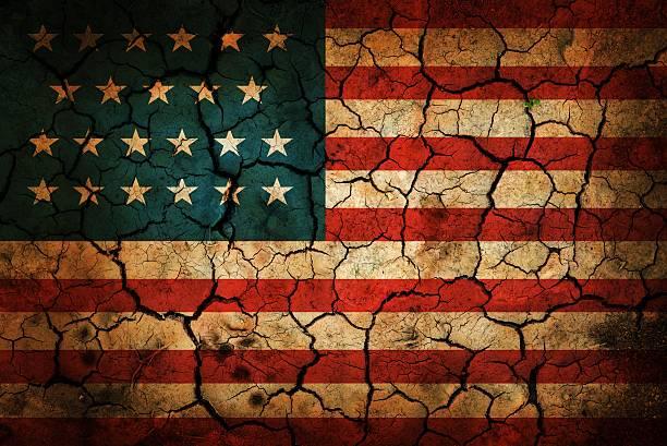 Bemalte amerikanische Flagge auf Rissige Erde – Foto