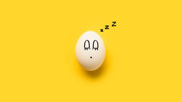 peint l'oeuf de la poule avec couchage emoji - imitant un animal photos et images de collection