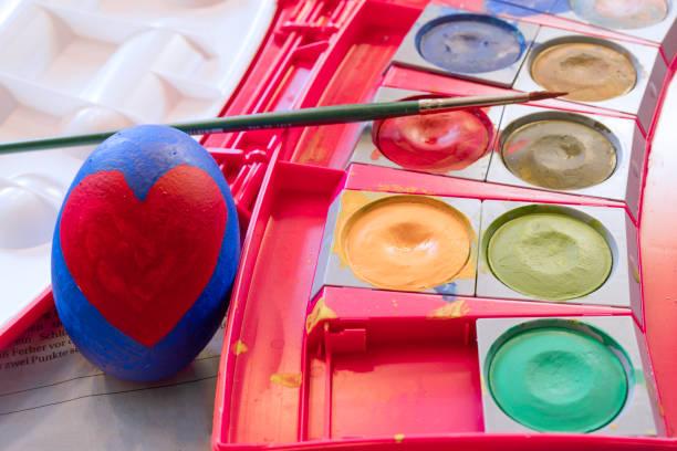 bemalte ostereier und farbenfrohe aquarelle - schöne osterbilder stock-fotos und bilder