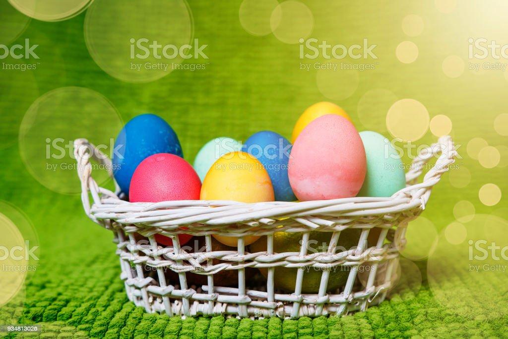 그린된 부활절 달걀 바구니입니다. 부활절 배경입니다. 봄 종교적인 휴일 부활절 개념 - 로열티 프리 계절 스톡 사진