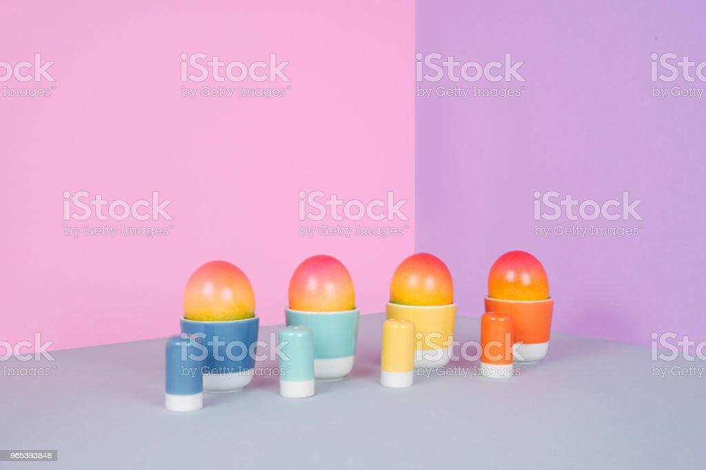 在柔和的背景下畫雞蛋 - 免版稅一個物體圖庫照片
