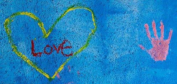 gemaltes herz und hand auf eine betonwand - sprüche für die liebe stock-fotos und bilder