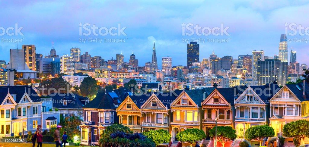 Akşam saat Panorama San Francisco'da boyalı bayanlar evlerde - Royalty-free ABD Stok görsel