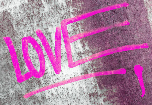 liebe auf rostigen panel gemalt - sprüche für die liebe stock-fotos und bilder