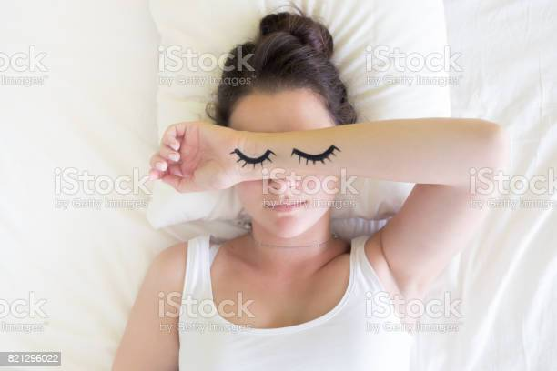 Painted sleeping eyes and brunette young woman in the bed at morning picture id821296022?b=1&k=6&m=821296022&s=612x612&h=imrnjof6pmxgdwhvecbh8vpcy89qyrgk7cs25vkuxq4=