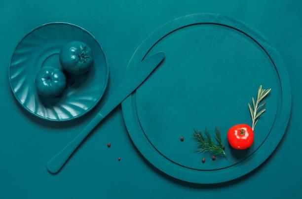 malte türkis teller, besteck und tomaten - küche italienisch gestalten stock-fotos und bilder