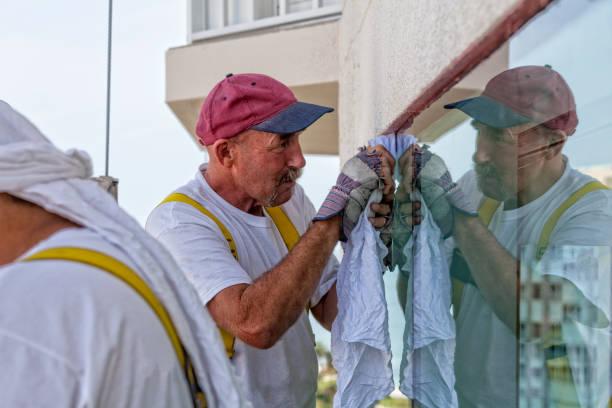 maler-guides-gerüst auf ein hochhaus - senior bilder wasser stock-fotos und bilder
