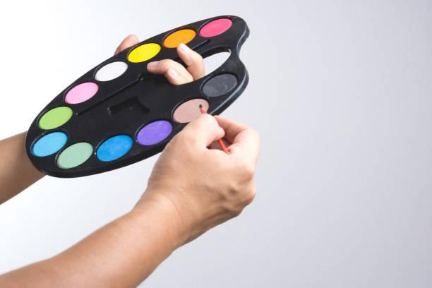 maler-hand wasser farbe halteplatte - handbemalte teller stock-fotos und bilder