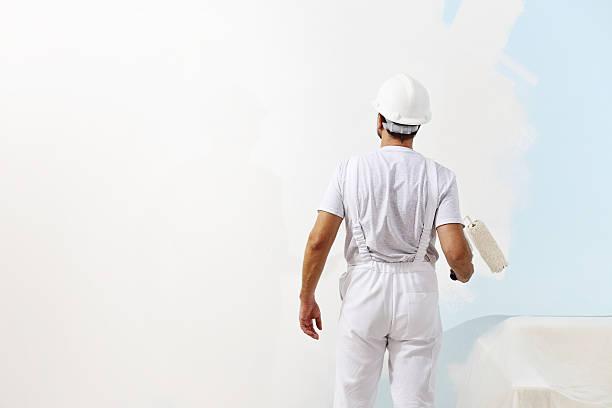 Maler Mann bei der Arbeit mit Farbroller Wand Malerei, – Foto