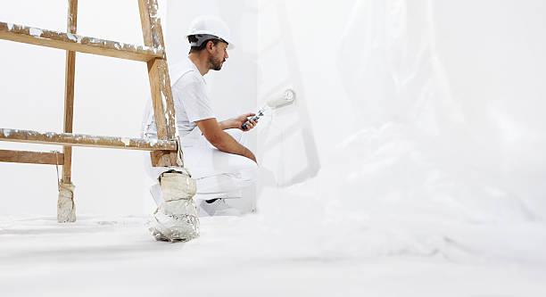 Maler Mann bei der Arbeit mit Farbroller Wand – Foto
