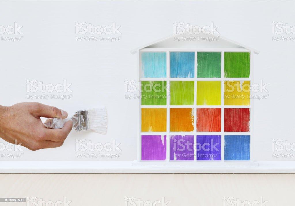 Main De Lu0027homme Du Peintre Peinture Brosse Peinture Couleur Maison Modèle  Sur Le Mur