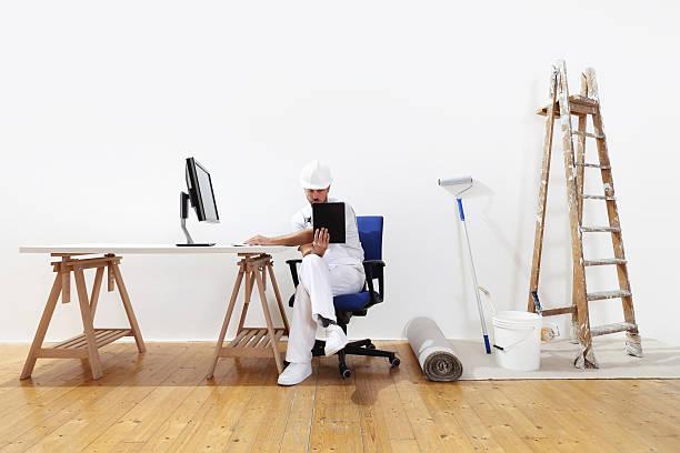 maler man forschung an das netzwerk, zubehör und gemälde - maler gesucht stock-fotos und bilder