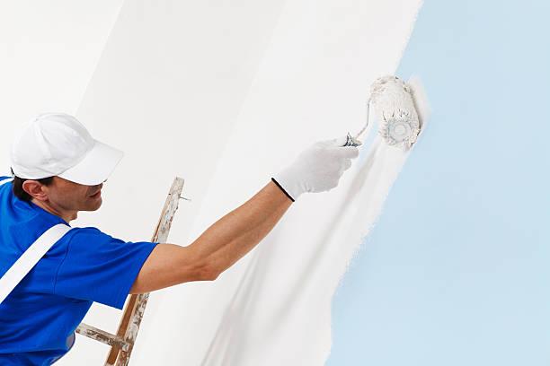 Maler malt mit Farbroller – Foto