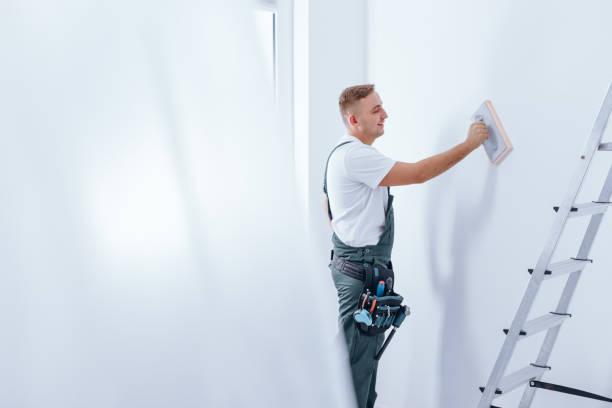 painter smoothing the wall - gips materiał budowlany zdjęcia i obrazy z banku zdjęć