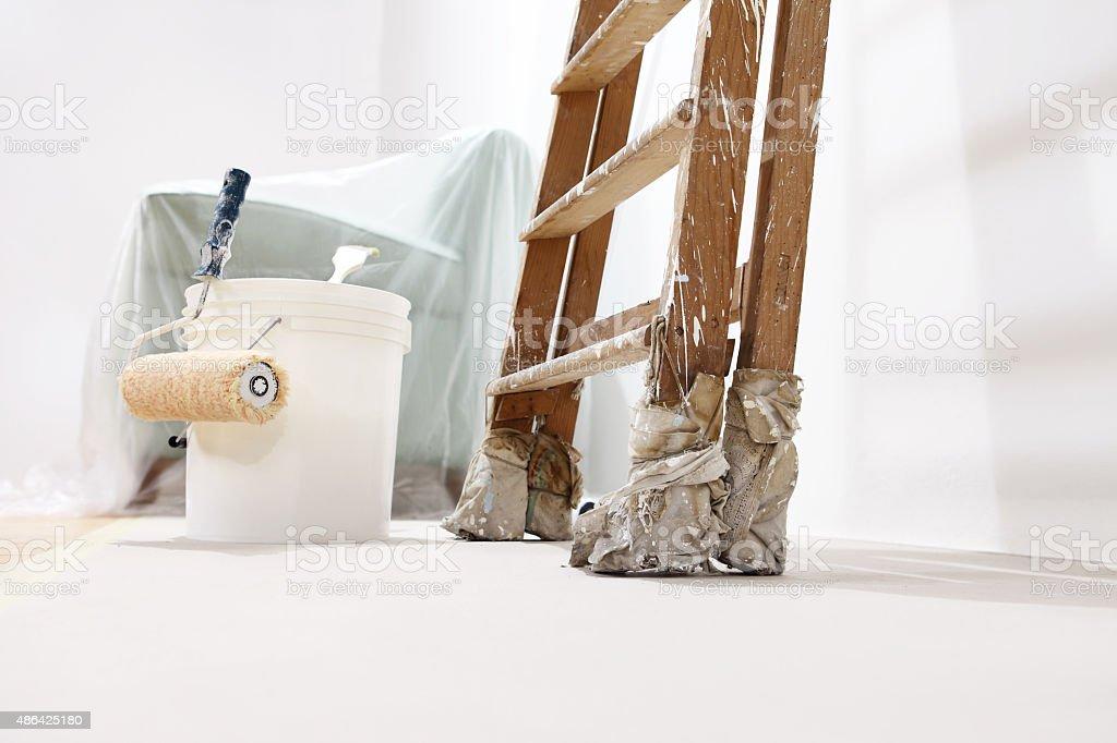 Maler Wand Konzept, Leiter, Eimer, Roll Farbe Auf Dem Boden Lizenzfreies  Stock
