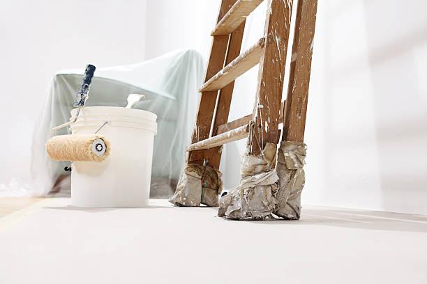 maler wand konzept, leiter, eimer, roll farbe auf dem boden - kunststoff behälter bemalen streichen stock-fotos und bilder
