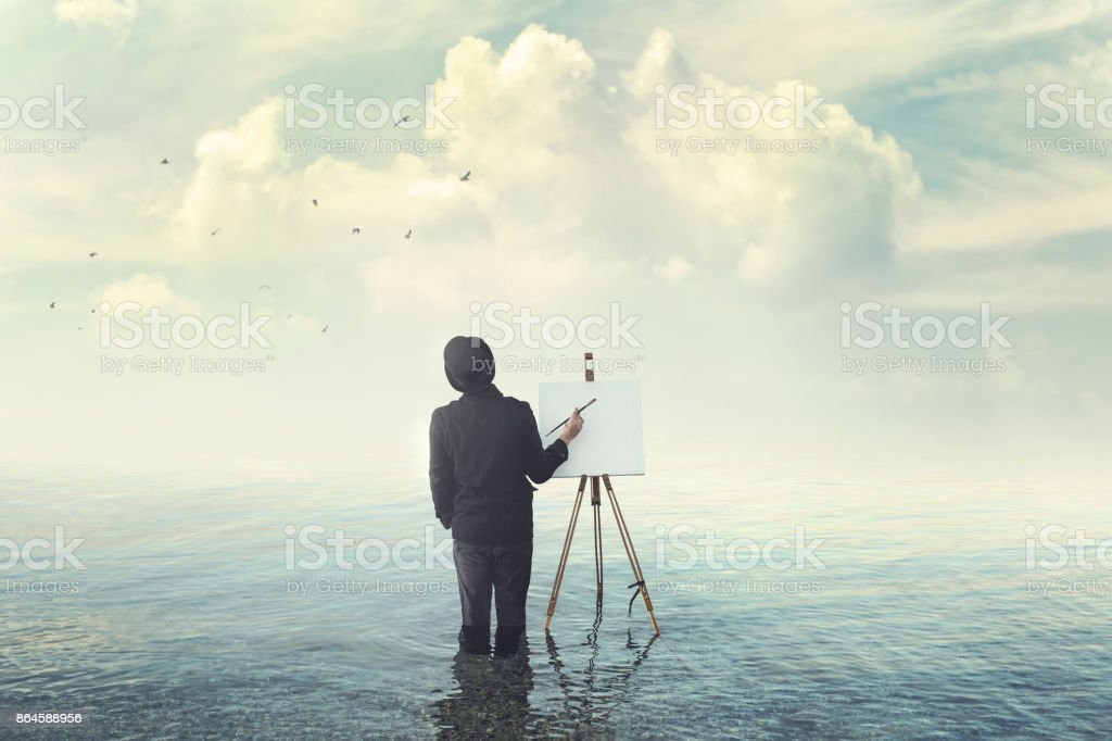 painter with brush with canvas easel finding insiration in water - foto stock