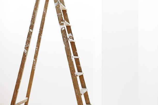 maler hölzerne leiter, isoliert auf weiss, wand malerei-konzept - bild wandtreppe stock-fotos und bilder