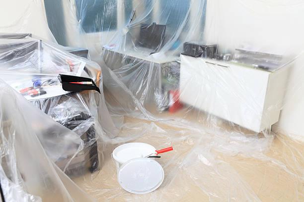 maler vorbereitung - kunststoff behälter bemalen streichen stock-fotos und bilder