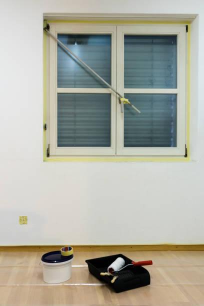 malerei eine wand mit einem fenster bei renovierungen - kunststoff behälter bemalen streichen stock-fotos und bilder