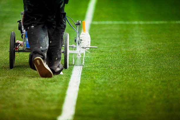 gemälde gras rasen linien auf einem sportplatz - farbfeldmalerei stock-fotos und bilder